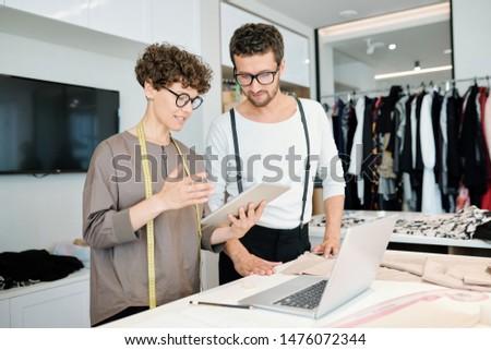 Um jovem alfaiate comprimido apresentação Foto stock © pressmaster