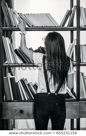 Estudante leitura prateleira de livros óculos em pé velho Foto stock © lichtmeister