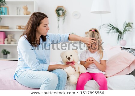 Fiatal óvatos anya megérint homlok beteg Stock fotó © pressmaster