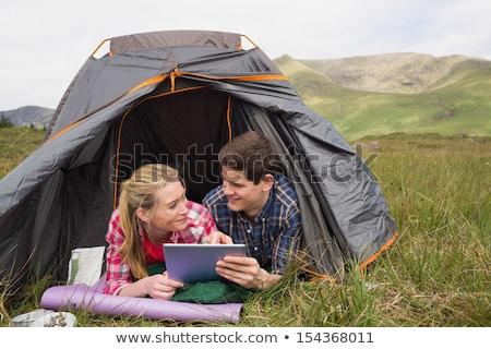 Boldog pár táblagép kempingezés sátor utazás Stock fotó © dolgachov