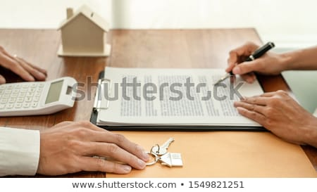 Imóveis revelador agente assinar documento teclas Foto stock © snowing