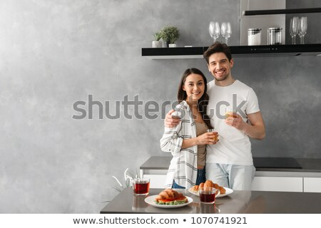 Zdjęcie zdumiewający para uśmiechnięty patrząc obiedzie Zdjęcia stock © deandrobot