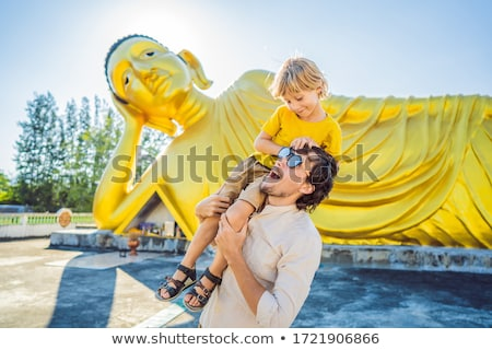 Gelukkig toeristen vader zoon buddha standbeeld Stockfoto © galitskaya
