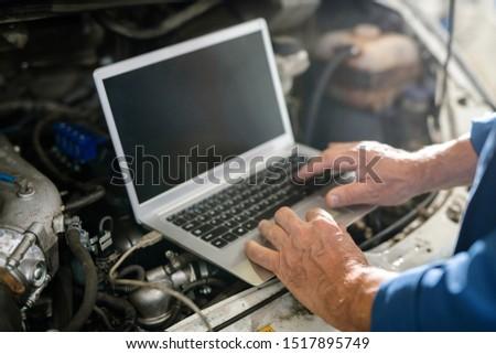 Ręce dojrzały mistrz naprawa samochodów usługi klawiatury Zdjęcia stock © pressmaster