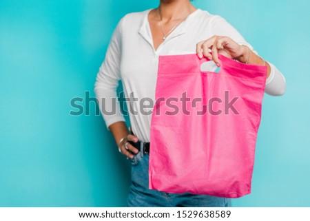 Lezser fiatal női fehér pólóing farmernadrág Stock fotó © pressmaster