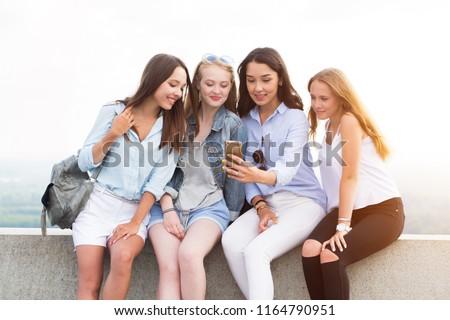 jonge · gelukkig · nadenkend · vrouw · smartphone · muziek - stockfoto © dash