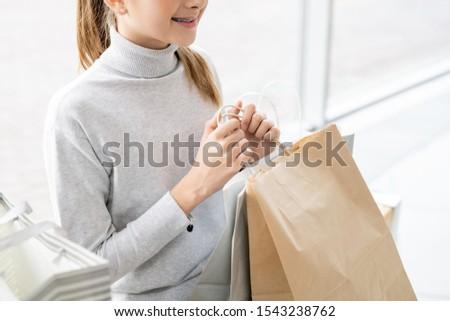 vásárlás · jókedv · lezser · fiatal · lány · hordoz · bevásárlószatyor - stock fotó © pressmaster