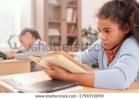 alapfokú · kor · iskolás · lányok · festmény · gyerekek · ül - stock fotó © pressmaster