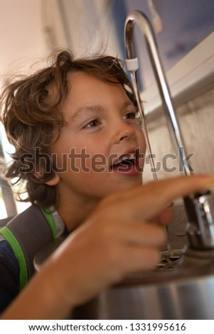 Onschuldige kaukasisch schooljongen drinkwater tik Stockfoto © wavebreak_media