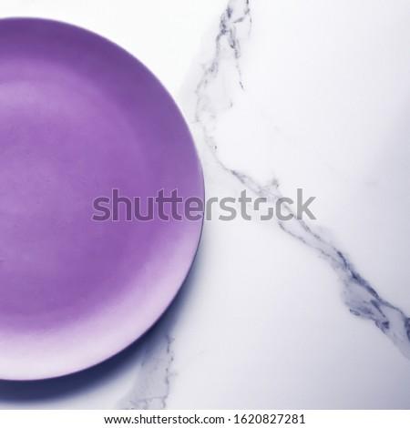 Púrpura vacío placa mármol mesa vajilla Foto stock © Anneleven