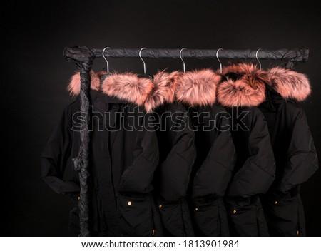 Noir veste fourrures suspendu vente Photo stock © Illia
