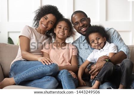 Vriendelijk familie pose samen sofa huiselijk Stockfoto © vkstudio