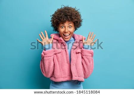 Foto satisfeito surpreendido africano americano mulher palms Foto stock © vkstudio