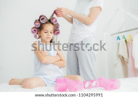 мрачный женщины ребенка оружия сложенный голову Сток-фото © vkstudio