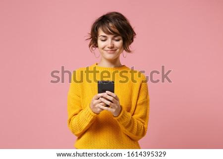 笑みを浮かべて · 女性 · 携帯電話 · クレジットカード · 見える · 電話 - ストックフォト © dacasdo