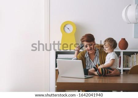 Jasne matka pracy laptop baby posiedzenia Zdjęcia stock © wavebreak_media