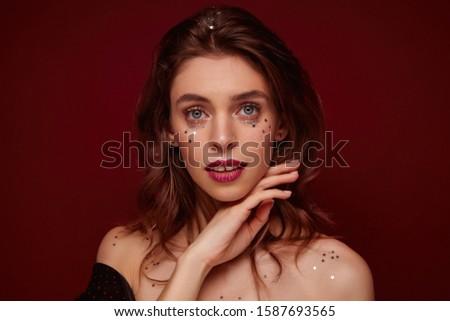 Mulher lábios vermelhos tocante queixo olhando câmera Foto stock © wavebreak_media