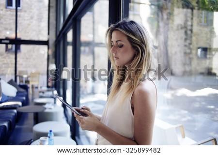lezing · document · zakenvrouw · zakenman · documenten - stockfoto © dacasdo