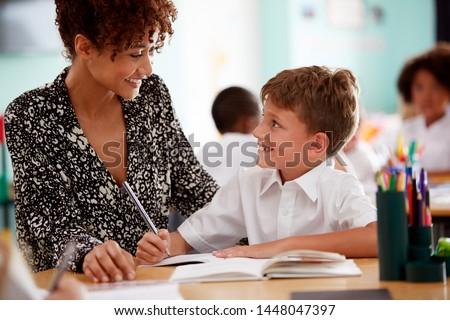Stock fotó: Női · általános · iskola · tanár · dolgozik · asztal · osztály