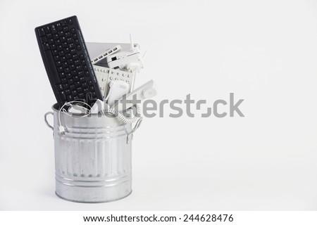 vuilnisbak · verouderd · kantoorapparatuur · laptop · telefoon · zakenman - stockfoto © highwaystarz