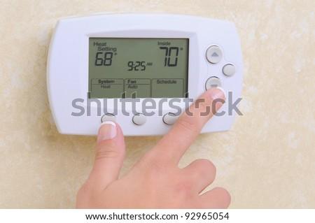 Primo piano mano stanza temperatura moderno termostato Foto d'archivio © bubutu