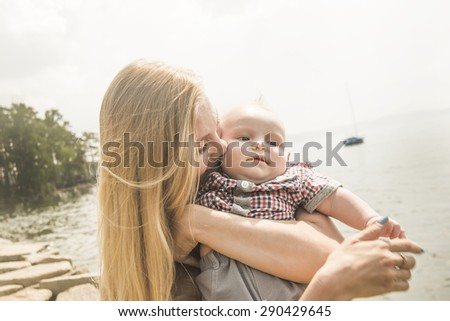 szczęśliwą · rodzinę · dziewczynka · morza · patrząc · niebo · wody - zdjęcia stock © Paha_L