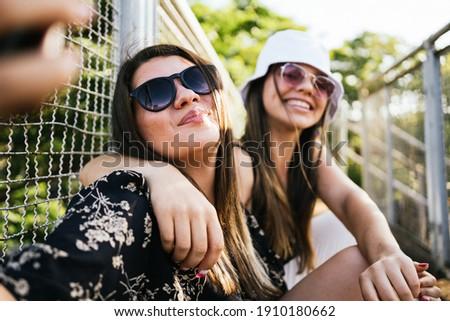 mulher · cama · dois · jovem · meninas · risonho - foto stock © deandrobot