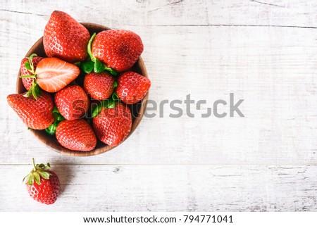 fraîches · fraises · bol · table · en · bois · organique · jardin - photo stock © Virgin