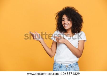 Gelukkig afrikaanse vrouw poseren geïsoleerd Geel Stockfoto © deandrobot