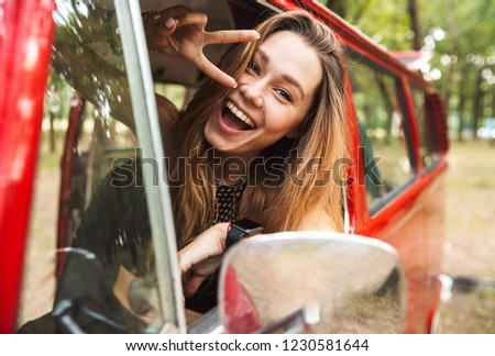 Foto hermosa hippie nina sonriendo Foto stock © deandrobot