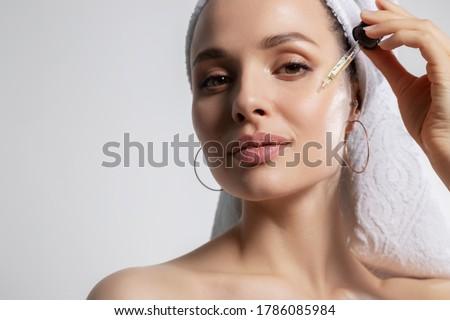 vrouw · badkamer · glimlachende · vrouw · glimlachend - stockfoto © deandrobot