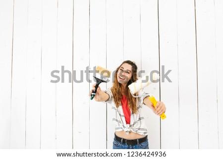 Kép elragadtatott nő 20-as évek tart ecset Stock fotó © deandrobot