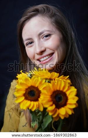 Foto stock: Belo · feliz · mulher · cabelos · lisos · buquê