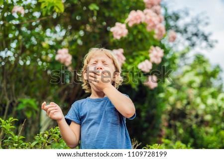 Weinig jongen niezen park bloei boom Stockfoto © galitskaya