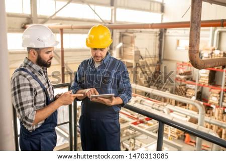 Kettő fiatal mérnökök nagy gyár megbeszél Stock fotó © pressmaster