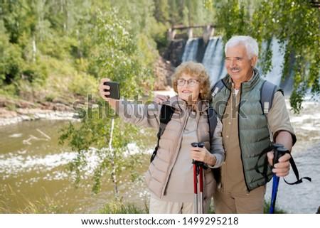 Mosolyog idősek trekking készít utazás természetes Stock fotó © pressmaster