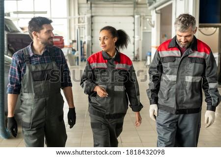Jonge ingenieur tijdgenoot reparatie dienst permanente Stockfoto © pressmaster