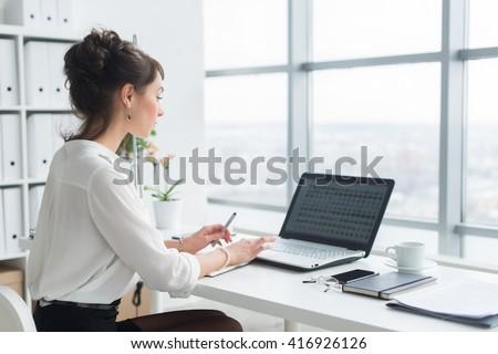 Hátsó nézet gyönyörű üzletasszony ül laptop megbeszél Stock fotó © wavebreak_media