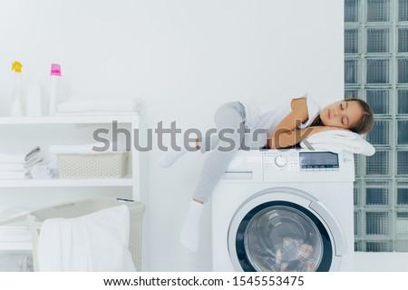 Atış küçük kız uyku konsol favori Stok fotoğraf © vkstudio