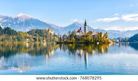 Eiland katholiek kerk meer Slovenië heuvel Stockfoto © Kayco