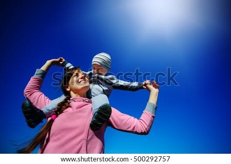 肖像 幸せな家族 青空 女の子 ママ パパ ストックフォト © Paha_L