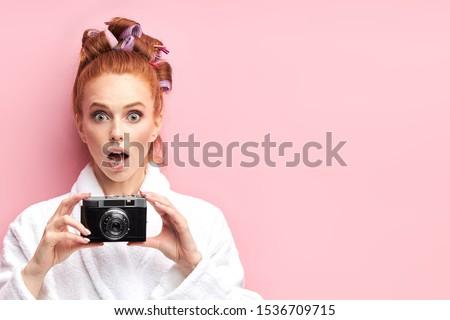 hermosa · jóvenes · mujer · sonriente · pecas · aislado - foto stock © iordani