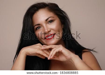 Derűs káprázatos nő piros ajkak pózol másfelé néz Stock fotó © deandrobot