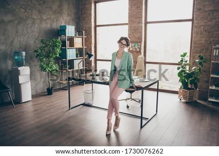 Banqueiro mulher óculos trabalhador de escritório pronto trabalhar Foto stock © NikoDzhi