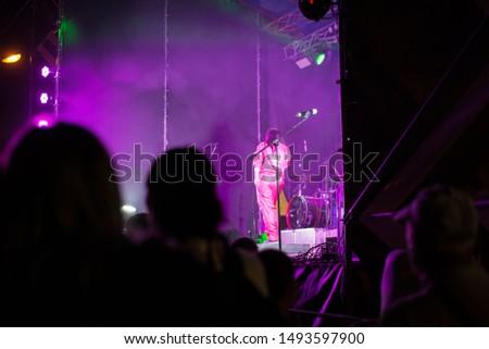 Microfono stand persone felici dancing concerto rock Foto d'archivio © wavebreak_media