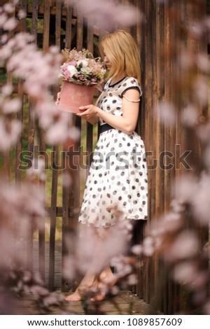Gyönyörű fiatal nő zöld pöttyös ruha tart Stock fotó © dashapetrenko