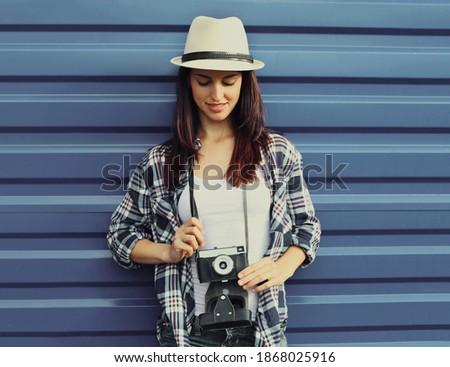 mujer · hermosa · posando · aislado · rosa · pared · potable - foto stock © deandrobot