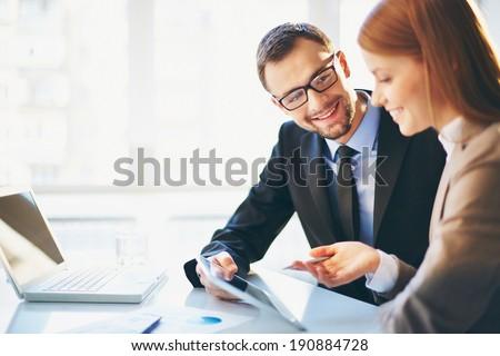 bespreken · project · afbeelding · twee · jonge · zakenlieden - stockfoto © minervastock