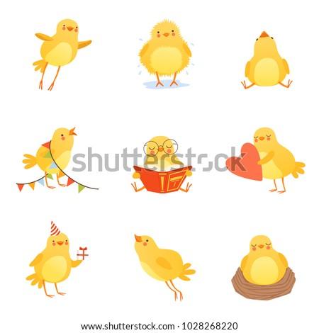 Boldog citromsárga csirke rajzfilmfigura magasra tart születésnapi torta Stock fotó © hittoon