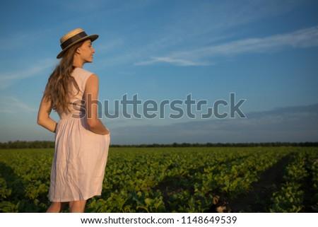 belo · mulher · jovem · em · pé · de · volta · natureza - foto stock © ElenaBatkova